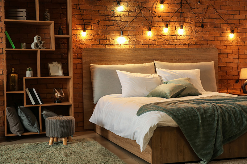 Bedroom decoration designs with a combination of desk lamps and hanging mood for bedroom interior decoration ideas