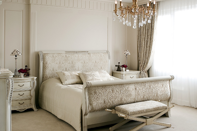 Interior decoration of bedroom with a sparkling chandelier that does justice to bedroom decoration design