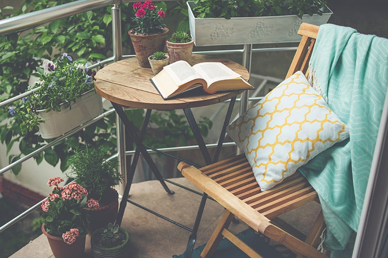 The great outdoor design idea for small outdoor space with foldable chairs and tables