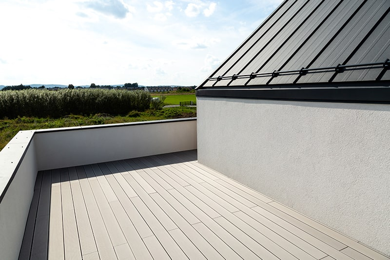 Outdoor balcony flooring with composite wood flooring is much cheaper
