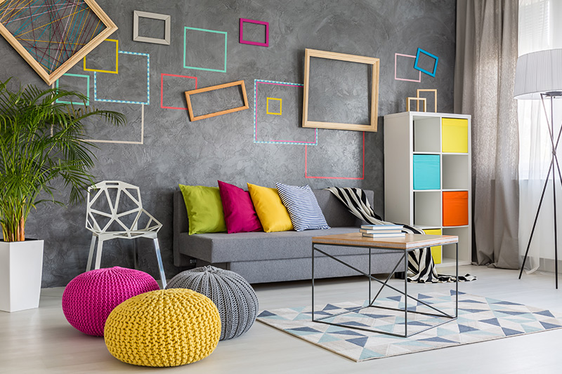 Small living room furniture arrangement throws in a splash of bright accent colours all over to make it eye-catching.